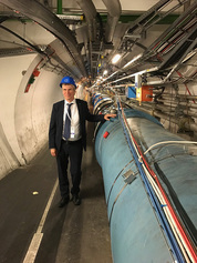 Holger Hanselka am Large Hadron Collider (Foto: Maximilien Brice)