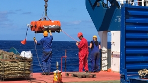 Using an ocean floor seismometer, the researchers recorded the seismic signals in the Caribbean. (Photo: Andreas Rietbrock, KIT)