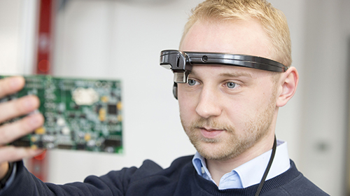 With the help of augmented reality glasses, the digital assistant understands what the wearer sees. This enables machine and human to communicate in real time. (Photo: Tanja Meißner, KIT)