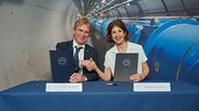 CERN Director-General Fabiola Gianotti und KIT President Holger Hanselka sign a letter of intent at CERN. (Photo: Maximilien Brice)