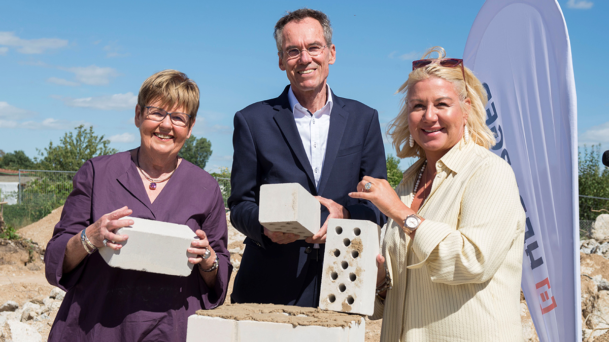 Ingrid Schroff, Olaf Dössel and Susanne Schroff at the laying of the foundation stone for the Schroff College.