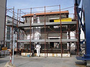 Essai à grande échelle à Pavie: Un bâtiment fortement endommagé est renforcée avec le papier peint sismique et ensuite testé sur une table à secousses. (Photo: Moritz urbain)