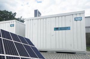 Strom erzeugen, speichern, verteilen und die Fluktuation der erneuerbaren Energien  ausgleichen mit dem neuen Energiemodul des KIT. (Bildmontage: PCE / KIT)