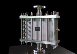Der mikrostrukturierte chemische Reaktor der Firma INERATEC kann methanhaltige Gase in flüssige synthetische Kraftstoffe von höchster Qualität verwandeln. (Bild: INERATEC/KIT)