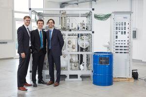 Die Gründer des Spin-offs des KIT INERATEC entwickeln kompakte, mikrostrukturierte chemische Reaktoren, die Gase in hochwertige flüssige Kraftstoffe umwandeln. (Bild: KIT)