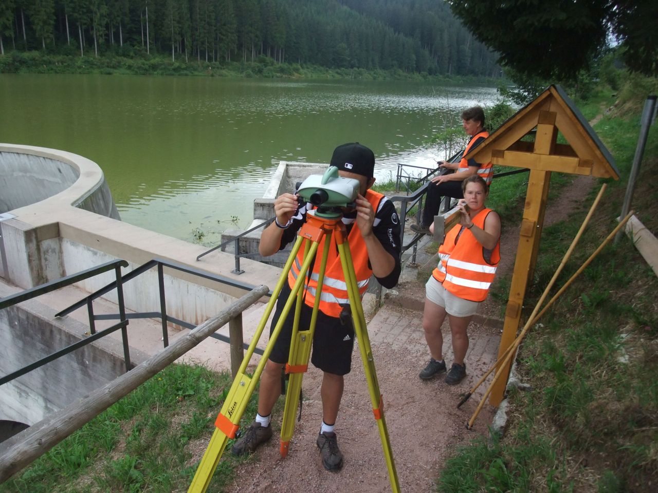 Fine levelling - highly precise measurement of height differences at Linachtalsperre. (Photo: GIK)