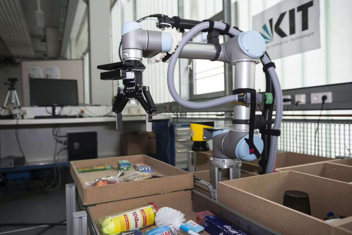 The IFL PiRo robot detects the objects desired and automatically puts them into shopping baskets. (Photo: Laila Tkotz, KIT)