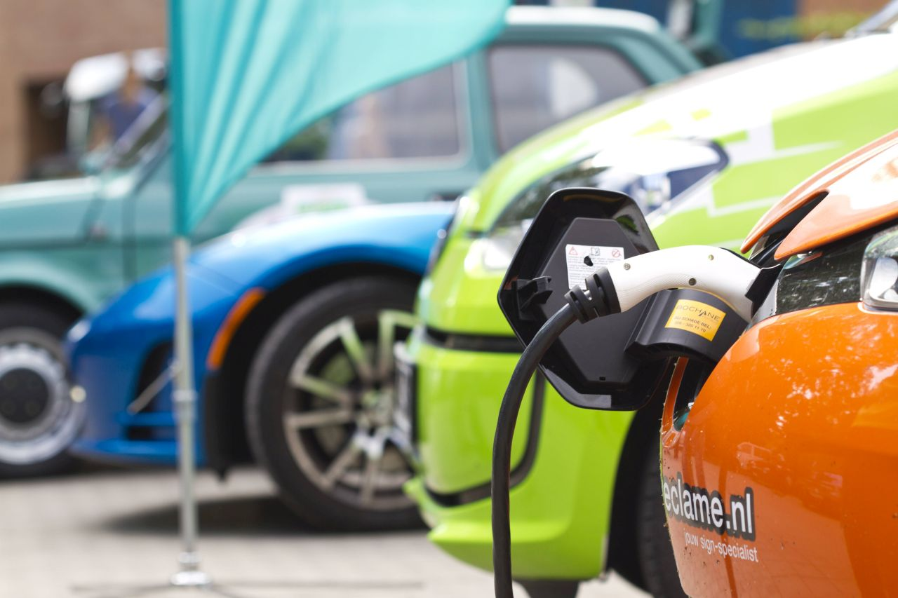 Both electric cars and plug-in hybrids can be run on electricity. Scientists involved in the Karlsruhe Priority Region for Mobility Systems have now compared their carbon dioxide emissions. (Photo: KIT/L. Albrecht)