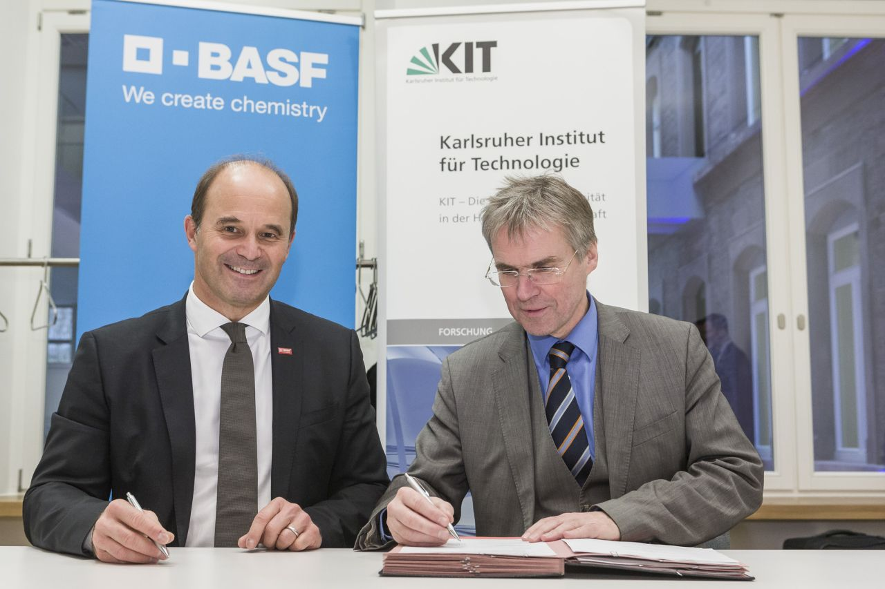 Dr. Martin Brudermüller, Vice Chairman of the Board of Executive Directors and Chief Technology Officer of BASF, and Professor Holger Hanselka, President of KIT.  (Photo: Dölger, BASF)