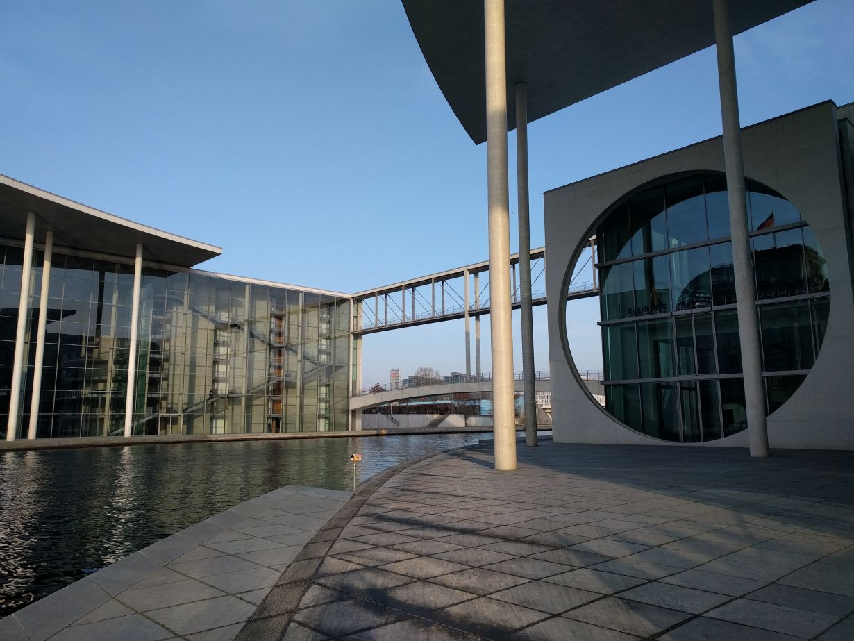 In the Marie-Elisabeth-Lüders House (right) in Berlin's government district, the current meeting venue of the Research Committee of the German Bundestag, TAB is introducing its projects. (Photo: TAB)