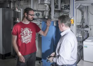 Bei der Methanspaltung mithilfe von flüssigem Zinn wird Erdgas klimaneutral in Wasserstoff und festen Kohlenstoff umgewandelt. (Foto: Amadeus Bramsiepe, KIT