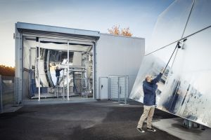 Mithilfe von Flüssigmetalltechnologien kann der Wirkungsgrad eines konzentrierenden solarthermischen Kraftwerks signifikant erhöht werden. Das Foto zeigt die Pilotanlage SOMMER am KIT. (Foto: Amadeus Bramsiepe, KIT)