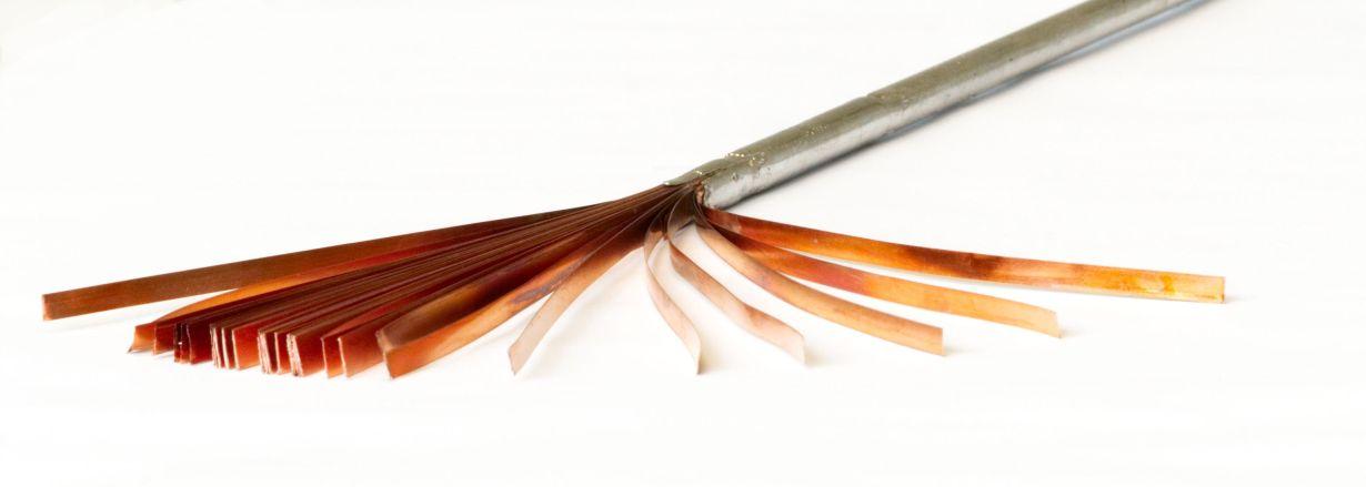 In einem neuartigen Verfahren werden am KIT dünne Bänder aus Rare-Earth Barium-Copper-Oxide zu Hochtemperatur-Supraleiterkabeln mit hoher Stromtragfähigkeit verarbeitet (Foto: ITEP, KIT)