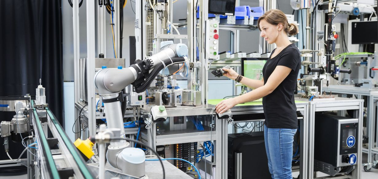 Agile manufacturing systems with learning robots make industrial production viable. (Photo: Sandra Goettisheim, KIT)