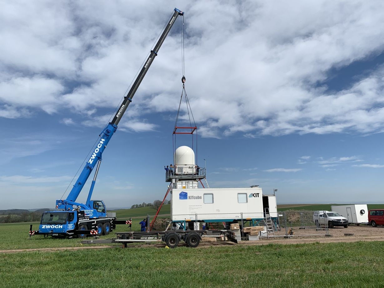 KITcube mobile measurement facility: with the help of a truck crane, the precipitation radar is installed at Müglitztal/Saxony. (Photo: Dr. Andreas Wieser, KIT)