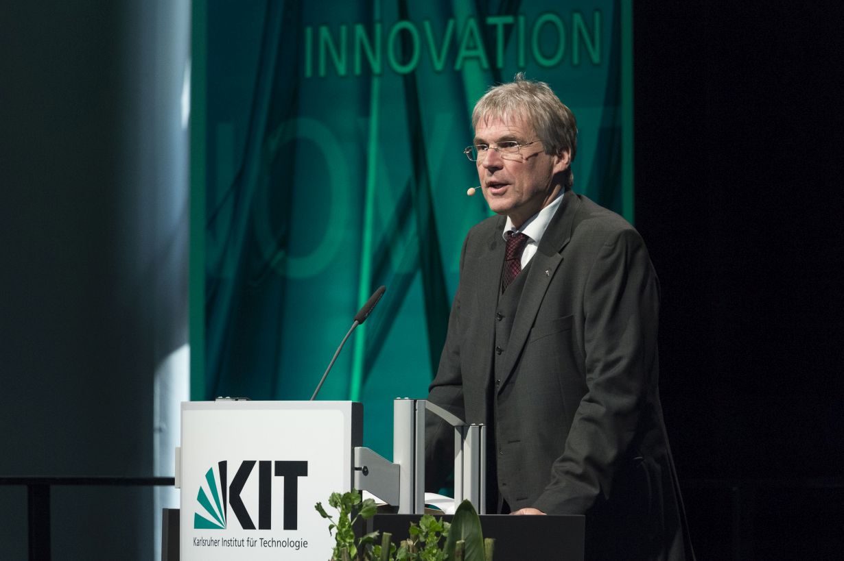 At the Annual Celebration, the President of KIT, Holger Hanselka, spoke about the opportunities and challenges associated with new technologies, such as AI. (Photo: M. Breig/KIT)