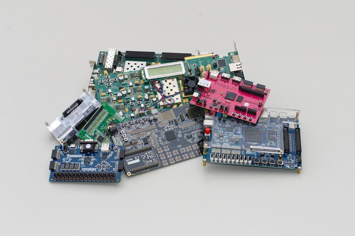 Field-Programmable Gate Arrays (FPGAs) sind flexibler als gewöhnliche, spezialisierte Computerchips. Dazu galten sie bislang als besonders sicher. (Foto: Gnad, KIT)