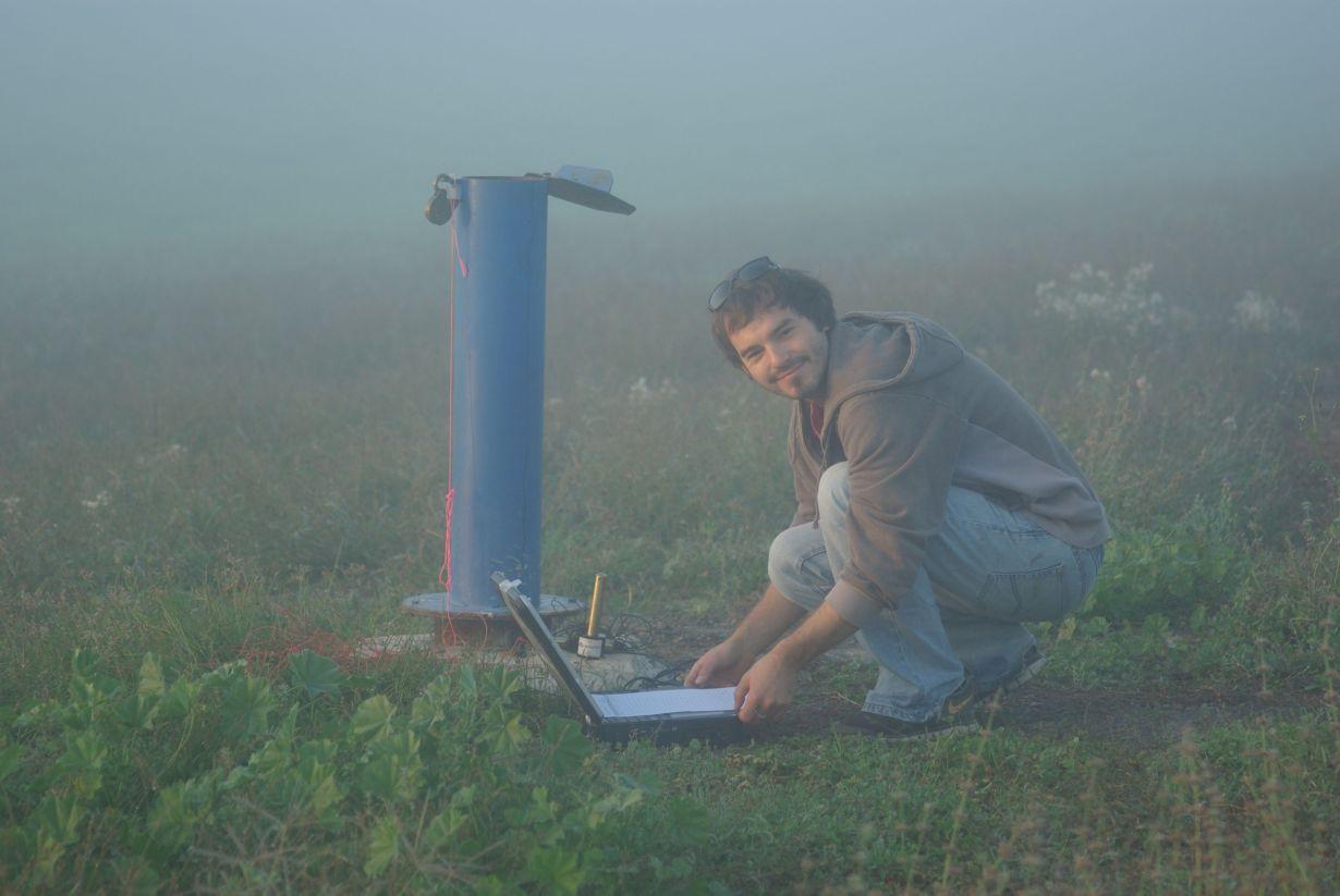 Gabriel Rau erfasst am Brunnen Daten über die Eigenschaften des Untergrunds. Die Erkenntnisse können die nachhaltige Nutzung von Grundwasserressourcen ermöglichen. (Foto: Ian Acworth)