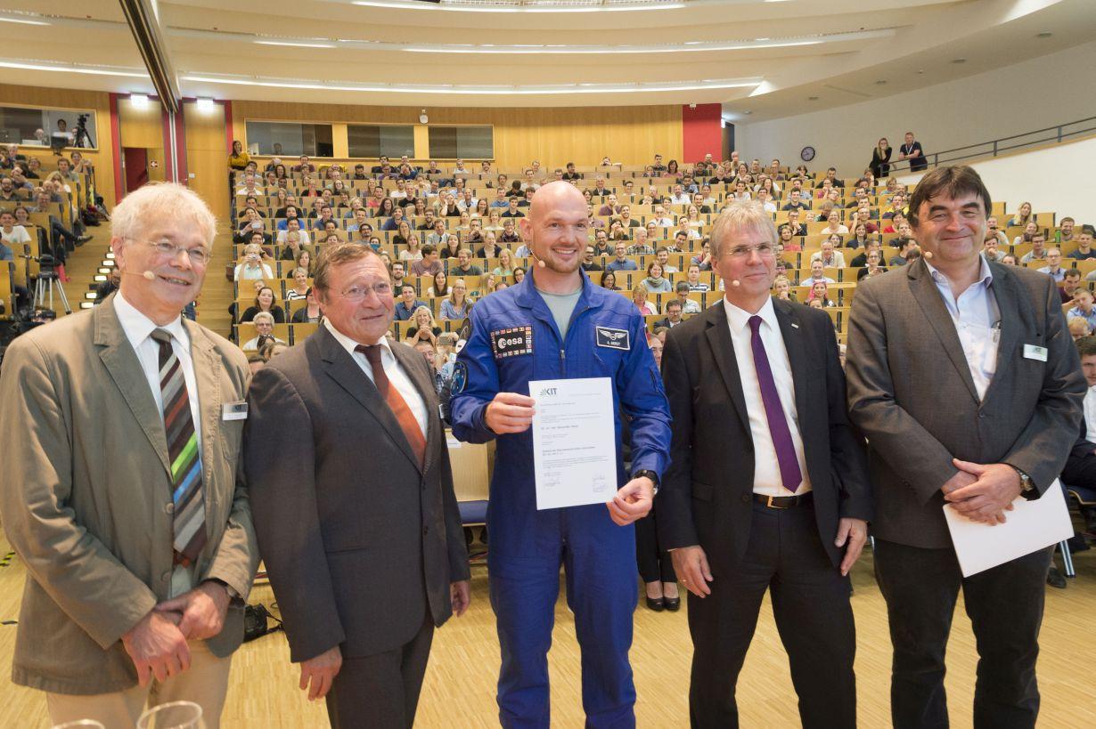 Vom All zurück zu den wissenschaftlichen Wurzeln: ESA-Astronaut Alexander Gerst erhielt den Ehrendoktor der KIT-Fakultäten für Physik und für Bauingenieur-, Geo- und Umweltwissenschaften.(Foto: Markus Breig/KIT)