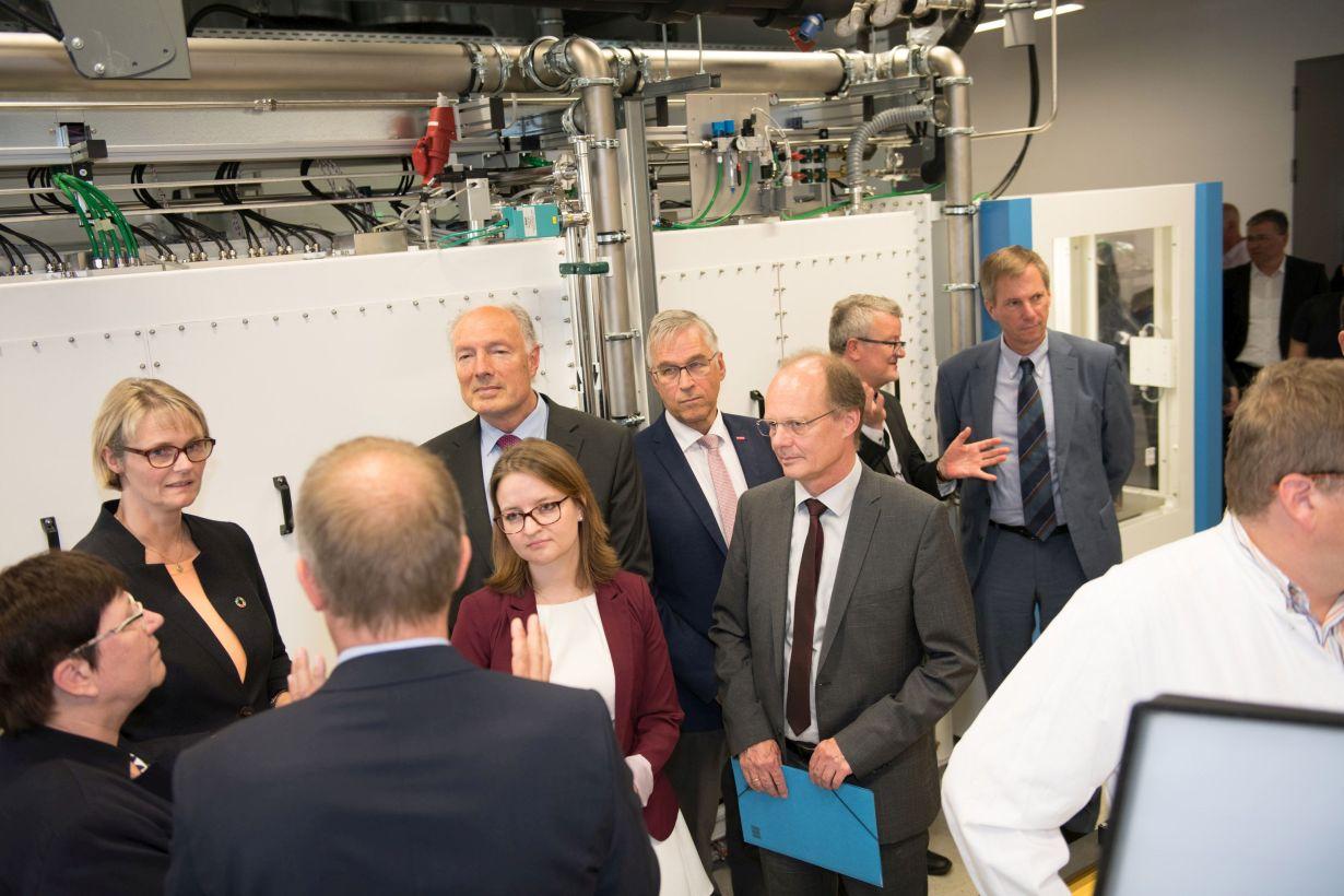 Die Bundesforschungsministerin Anja Karliczek beim Besuch der Batterieforschung am Standort Ulm. Foto: Eberhardt/Uni Ulm
