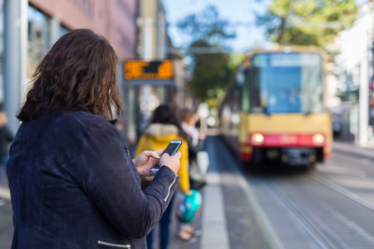 Apps help travelers in planning public transport routes, but often fail to display the best route. (Photo: Robert Fuge, KIT)