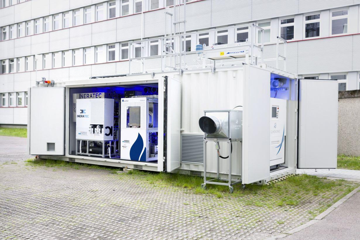 Weltweit erste integrierte Power-to-Liquid (PtL) Versuchsanlage zur Synthese von Kraftstoffen aus dem Kohlendioxid der Luft. (Foto: Patrick Langer, KIT)