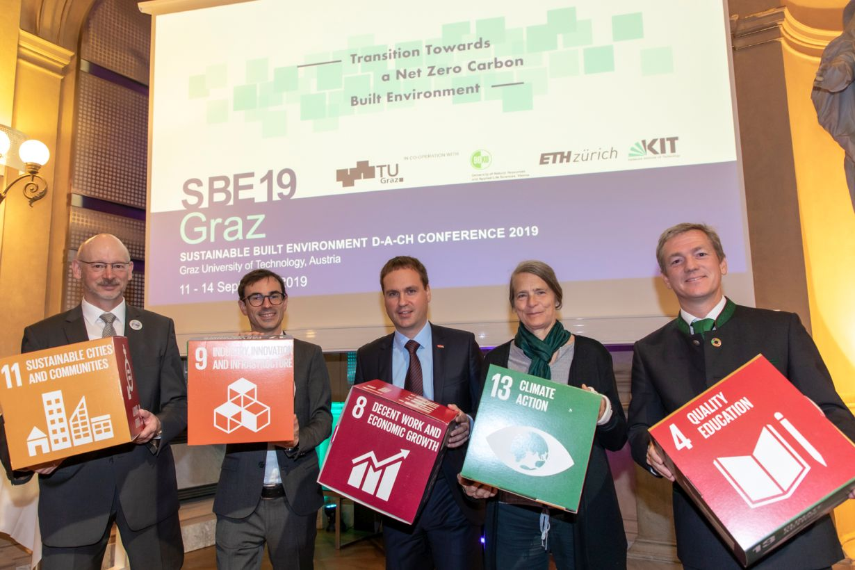 The SBE19 conference committee launched the Graz Declaration on Climate Pro- tection in the Building Sector. (Photo: Lunghammer – TU Graz)