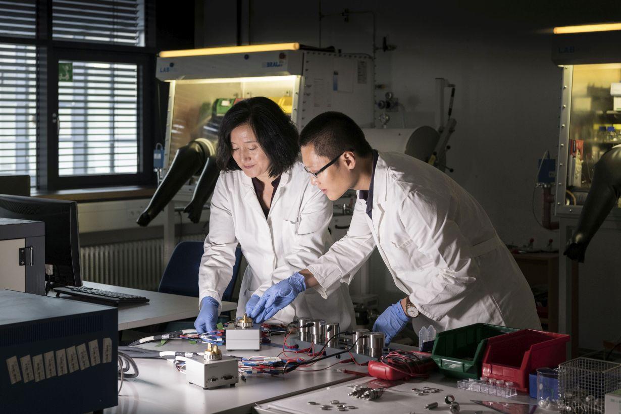 Zhirong Zhao-Karger (links) und Zhenyou Li (rechts) aus dem Exzellenzcluster POLiS (Post Lithium Storage Cluster of Excellence) gelang es, vielversprechende Elektrolyte für Calciumbatterien herzustellen. (Foto: Markus Breig/KIT)