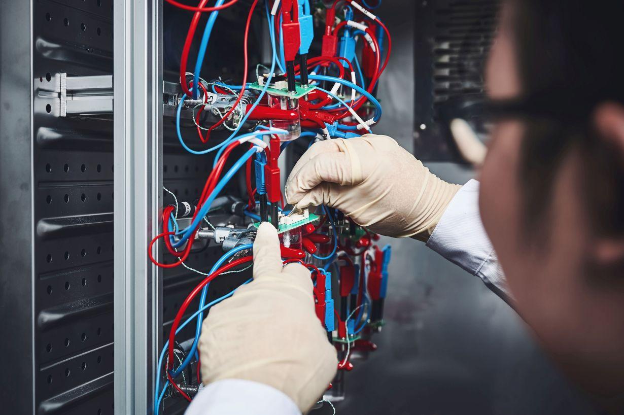 Ein Forscherteam am KIT erklärt bislang unverstandene Degradationsmechanismen im Kathodenmaterial für zukünftige Hochenergie-Lithium-Ionen-Batterien. (Foto: Amadeus Bramsiepe, KIT)