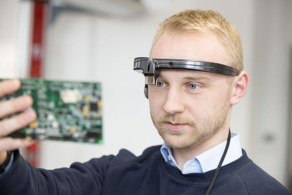 Mithilfe einer Augmented Reality-Brille versteht der digitale Assistent, was der Träger sieht. So können Maschine und Mensch in Echtzeit kommunizieren. (Foto: Tanja Meißner, KIT)