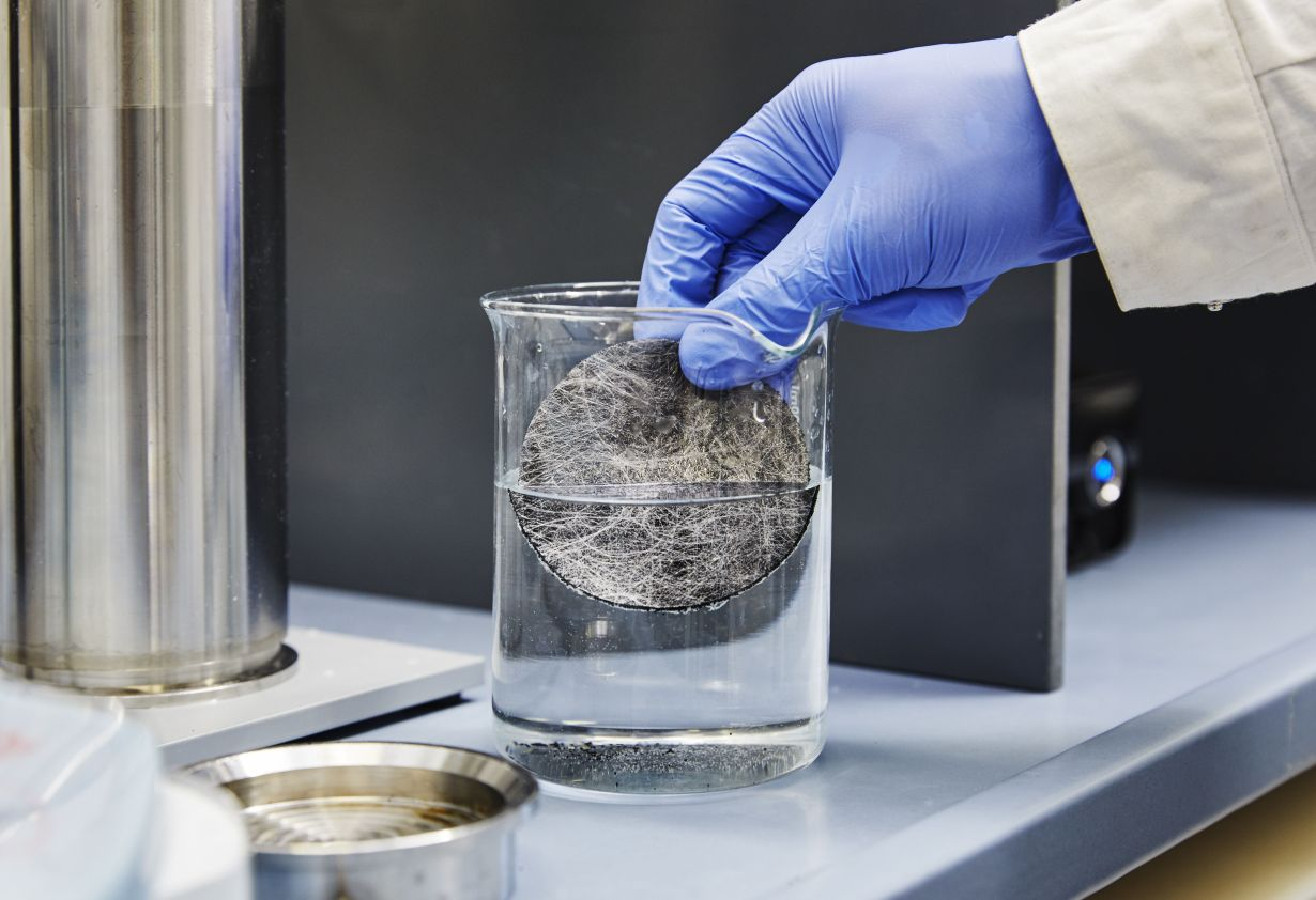 KIT researchers have developed a filtration system with smallest carbon particles, which removes hormones from drinking water. (Photo: Sandra Göttisheim, KIT)