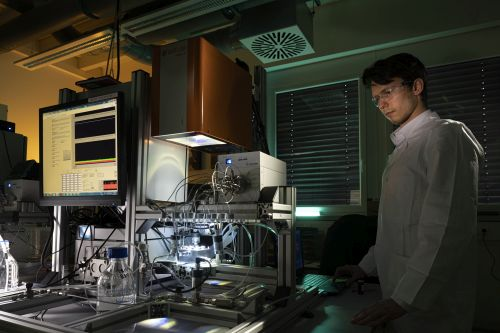 Forschende des KIT haben ein neues Verfahren entwickelt, um die Mikroschadstoffe mittels einer photokatalytischen Membran und sichtbaren Lichts zu entfernen. (Foto: Markus Breig, KIT)